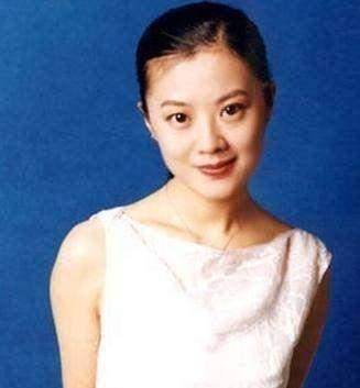 她是央视学历最高的主持人,嫁给外国人后改国籍,今是龙凤胎辣妈