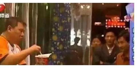 """郭德纲能不火?不出名的时候被当""""狗""""对待,在玻璃窗里被人观赏"""
