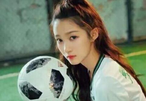 """有种""""发育过猛""""叫关晓彤,看到足球照,网友:这谁能顶得住?"""