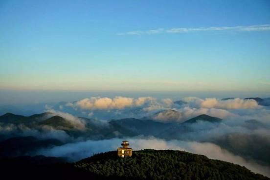 """这座山不仅有大面积森林景观,还可赏""""云海日出""""与""""梅岙夜月"""""""