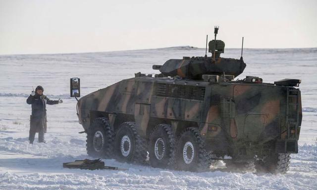 哈萨克斯坦测试新型武器系统 分别配备装甲车和防地雷反伏击车