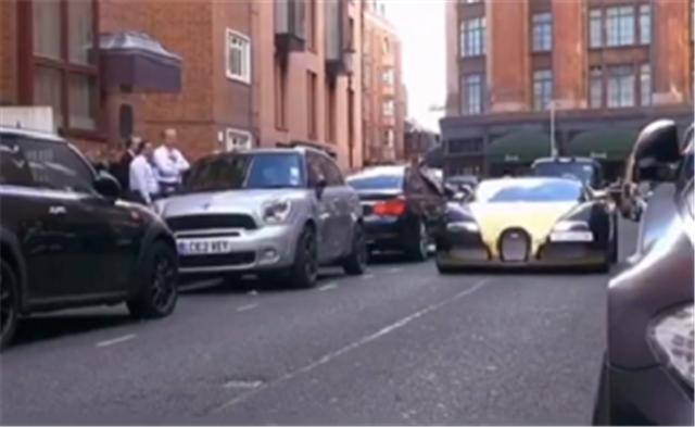 """某集团老总的车,""""土豪金双拼色""""布加迪,停车时还有交警指挥"""