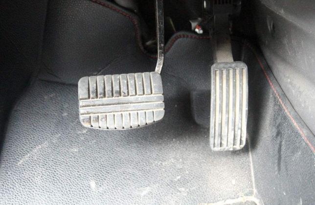 为啥普通车用悬吊式油门,豪车却用地板式,老司机:这就是差距