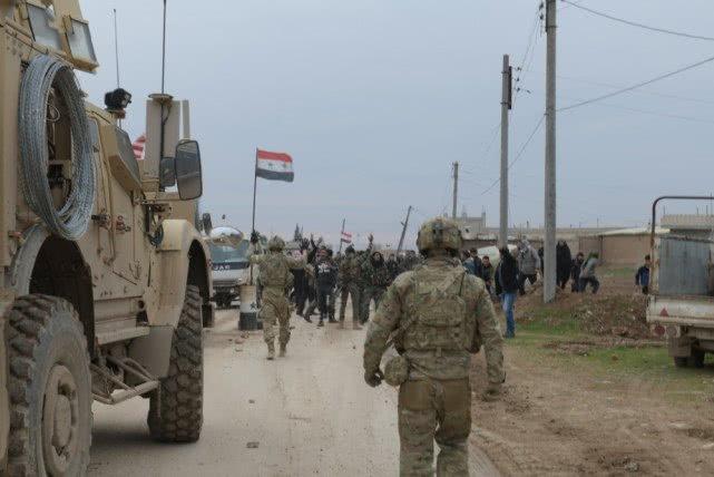 美军车队与叙村民发生冲突,国旗被撕车胎被爆,最后还得求助俄军