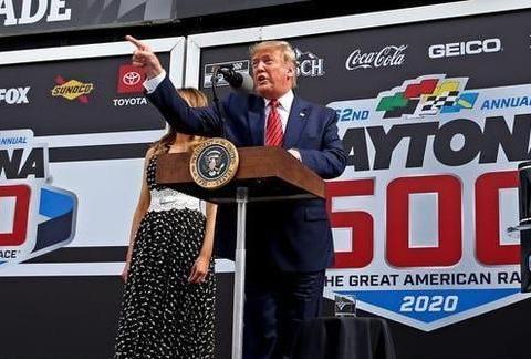 特朗普参加Daytona 500汽车大赛 现场客串发令官