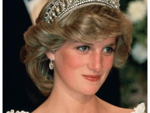 英国为女王珠宝拍摄纪录片,跟梅根有关的部分有爱又太纠结