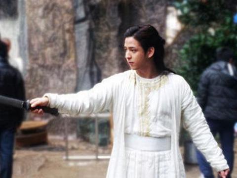 天龙八部中有个漏洞,李秋水可秒杀童姥,金庸却强行不让她出绝招