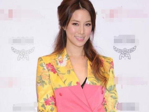37岁徐子淇,嫁入豪门14年仍身材纤细,银色长裙配lob卷发美回23