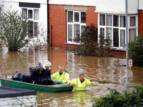 红色警报!英国2天狂降1个月雨量,整座城市陷入一片汪洋