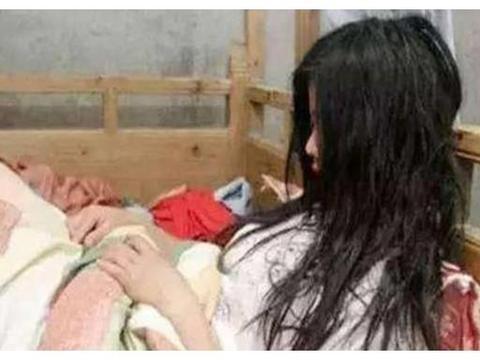 女大学生半夜在宿舍产子,顺利分娩9斤重男婴,舍友:这是二胎