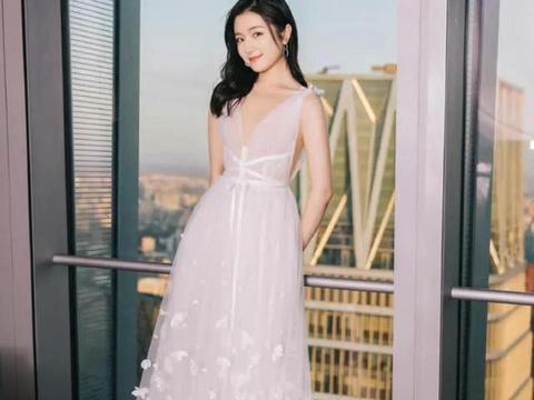 """20岁李兰迪气质全开,卷发搭配白色吊带连衣裙,秒变""""小公主"""""""