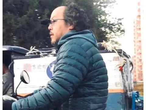 偶遇王菲前夫穿羽绒服出门,窦唯胡子长头发少,冬天交通靠电动车
