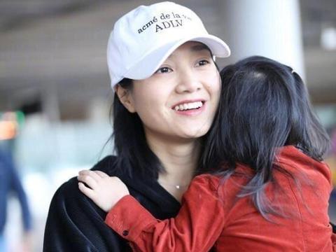 朱丹抱女儿走机场,一身宝妈装平淡的接地气,素颜照依旧美艳靓丽
