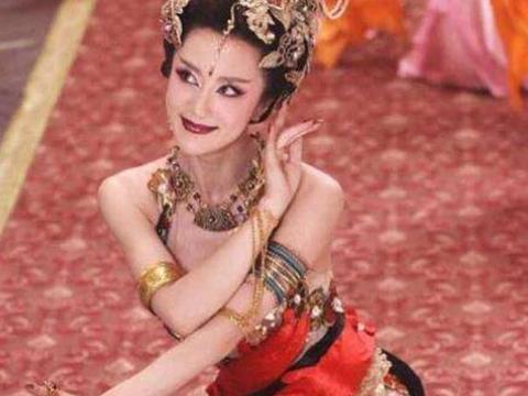 同样是演妲己,吴谨言靠化妆,李依晓靠化妆,而她媚到骨子里