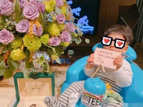 安以轩老公为妻子送价值不菲礼物,写甜蜜贺卡让儿子代送超有爱