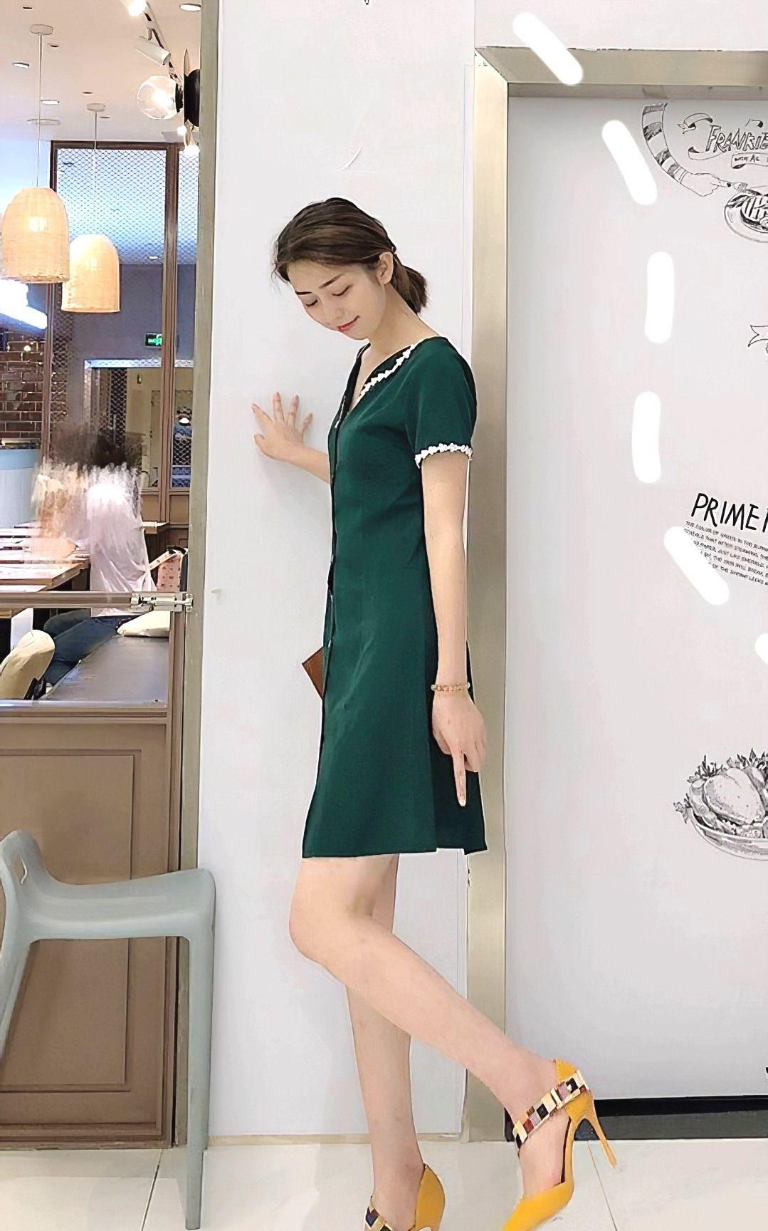 街拍:美女墨绿色复古风洋装连衣裙,优雅又显气质