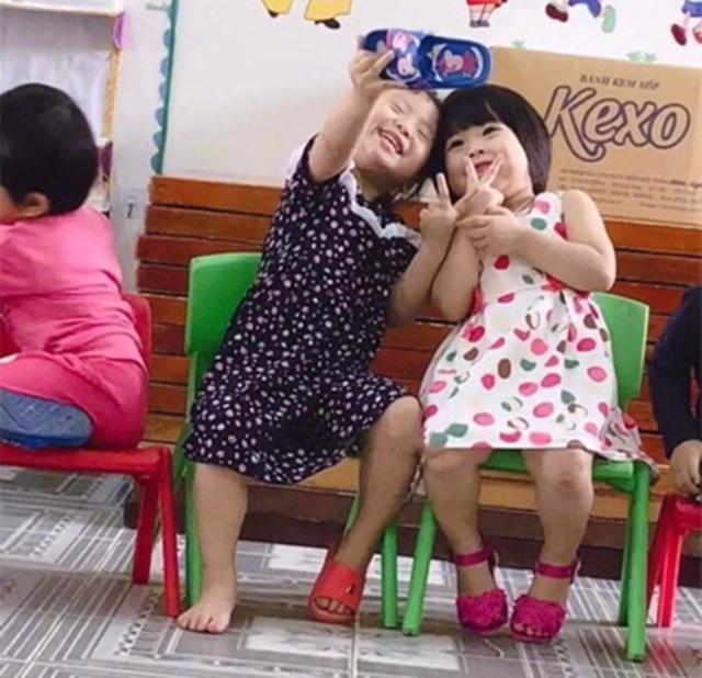 小小年纪就臭美!没有手机就拿拖鞋和姐妹自拍,让网友们笑到头掉