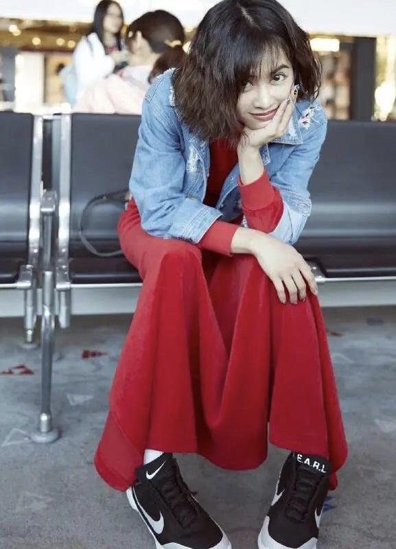 蔡依林穿衣真胆大,牛仔外套配红色连衣裙时髦大气,凹凸感十足