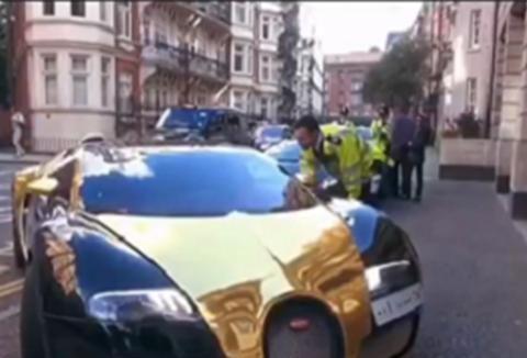 """罕见""""土豪金双拼色""""布加迪,落地3000万,停车时还有交警指挥"""