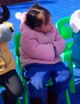 """幼儿园老师曝光""""奶奶风""""的小女孩,网友:提前进入老年模式?"""