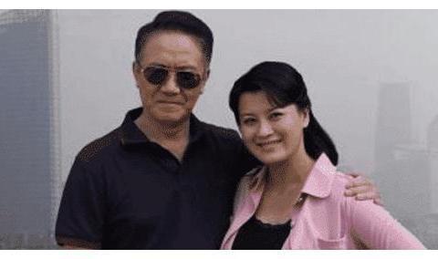 李云龙在拍戏时假戏真做, 拍完戏之后就和妻子离婚, 和小13岁的她