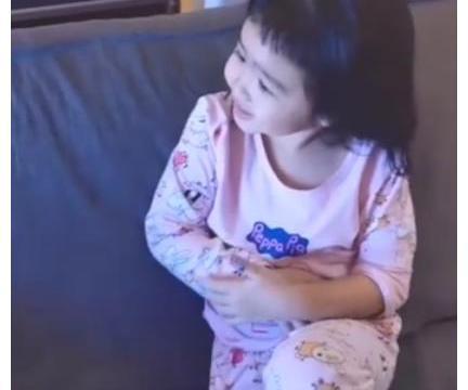 包贝尔女儿将李先生听成李现,立刻变身追星族,花痴表情搞笑十足