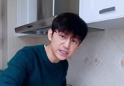 锅从天上来!何炅新综艺自制小蛋糕,网友却把何昊当何炅了
