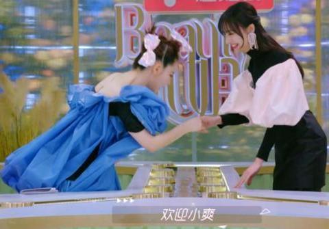 郑爽为什么那么火?看看与戚薇握手时她的小举动,打脸多少女明星