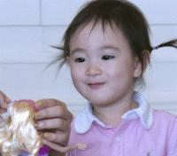李小鹏罕见晒李安琪母女同步跳舞,8岁奥莉身高瞩目越来越像妈妈
