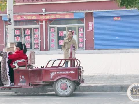 农民工大哥帮残疾女孩修车,残疾女孩帮大哥擦脸,结局让人暖心