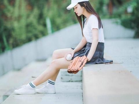 清纯长发红唇美女棒球场