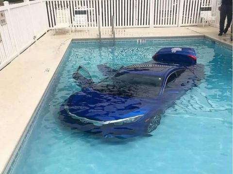 女司机开豪车去兜风, 一脚油门连人带车的掉入游泳池!