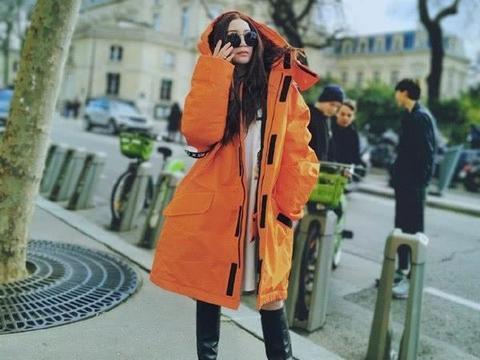 54岁温碧霞晒巴黎旅游美照,穿衣时尚身材纤细,少女感十足