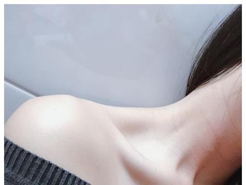 """沈梦辰力荐一款颈霜,网友:用后颈纹不见了,打造""""天鹅颈"""""""