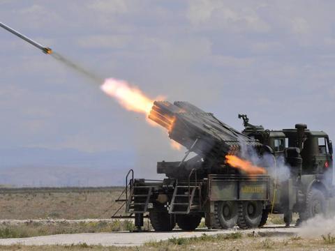 土耳其火箭炮刚到前线,就遭鸭嘴兽战机空袭,几分钟内炸成废铁