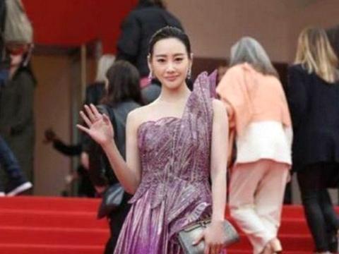 """李纯身材原来这么好!紫色高开叉连衣裙亮相,堪称""""人间水蜜桃"""""""