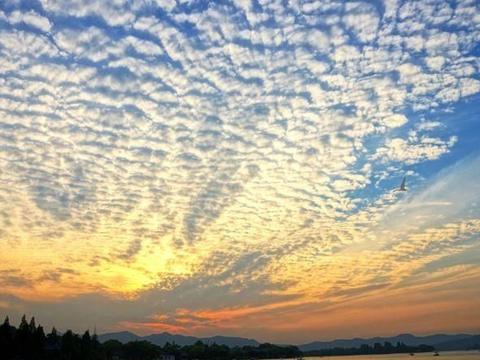 一朵云的重量将近50万公斤,那为什么它不掉下来?