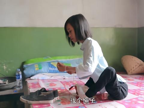 轮椅女孩用绳子买鞋,老板却蹲下给女孩试鞋,结局不知感动多少人