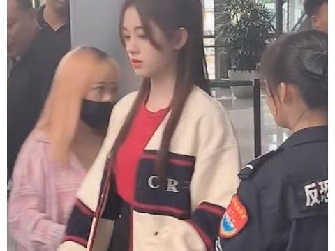 鞠婧祎机场过安检,看到她和路人的肤色后,才真正了解什么叫千年