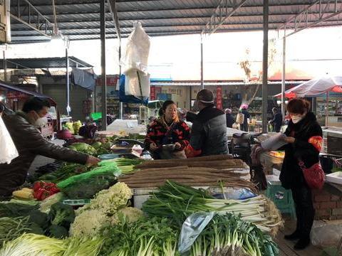 """成都新都区:58个农贸市场推行""""红黄牌、红袖套""""创新监管模式"""