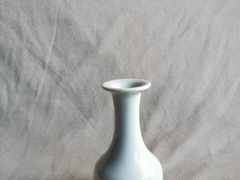晚明或清初白瓷长颈小瓶