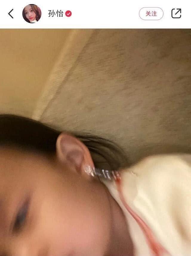 孙怡成晒女狂魔,女儿才两岁打扮就如此俏丽,戴流苏耳环跟妈比美