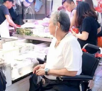 洪金宝独自现身菜市场,未见妻儿陪同,连买菜都需要旁人帮助