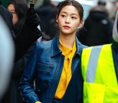 25岁金雪炫果然气质逆天,深蓝色皮夹克配超A皮裙,这颜值爆表了