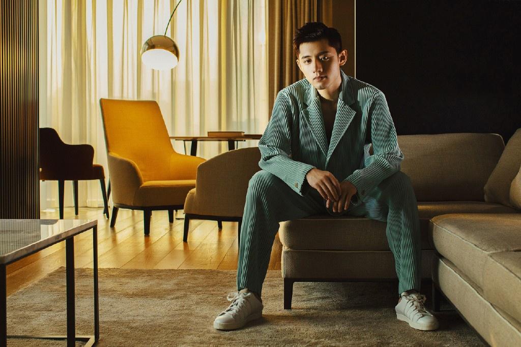 """他是乒乓球奥运冠军,今穿青绿色""""睡衣""""出境,尽显慵懒帅气"""