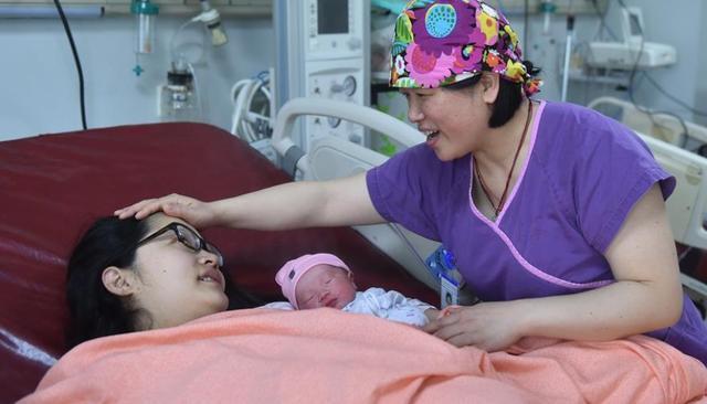 产妇生产过程中疼痛难忍,哀求老公用无痛分娩,老公:会影响孩子