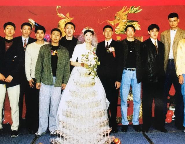 胡雪峰微博晒李楠结婚照,一共9名CBA名宿合影,多数球迷认不全
