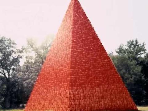 男子用一百万个纸杯码成金字塔遭人嘲笑, 测试后效果让人拍手称赞