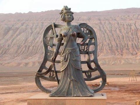 """全球最憋屈的三座铜像,被游客""""咸猪手""""玩坏,最后一座在中国"""