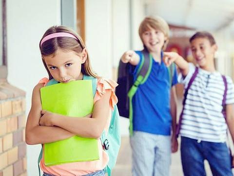孩子在学校受欺负怎么办?父母不负责任教育,孩子只会怯懦而孤独